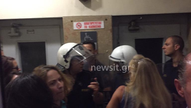 Εισβολή γυναικών στο Εσωτερικών – Διαμαρτύρονται για τους παιδικούς σταθμούς | Newsit.gr