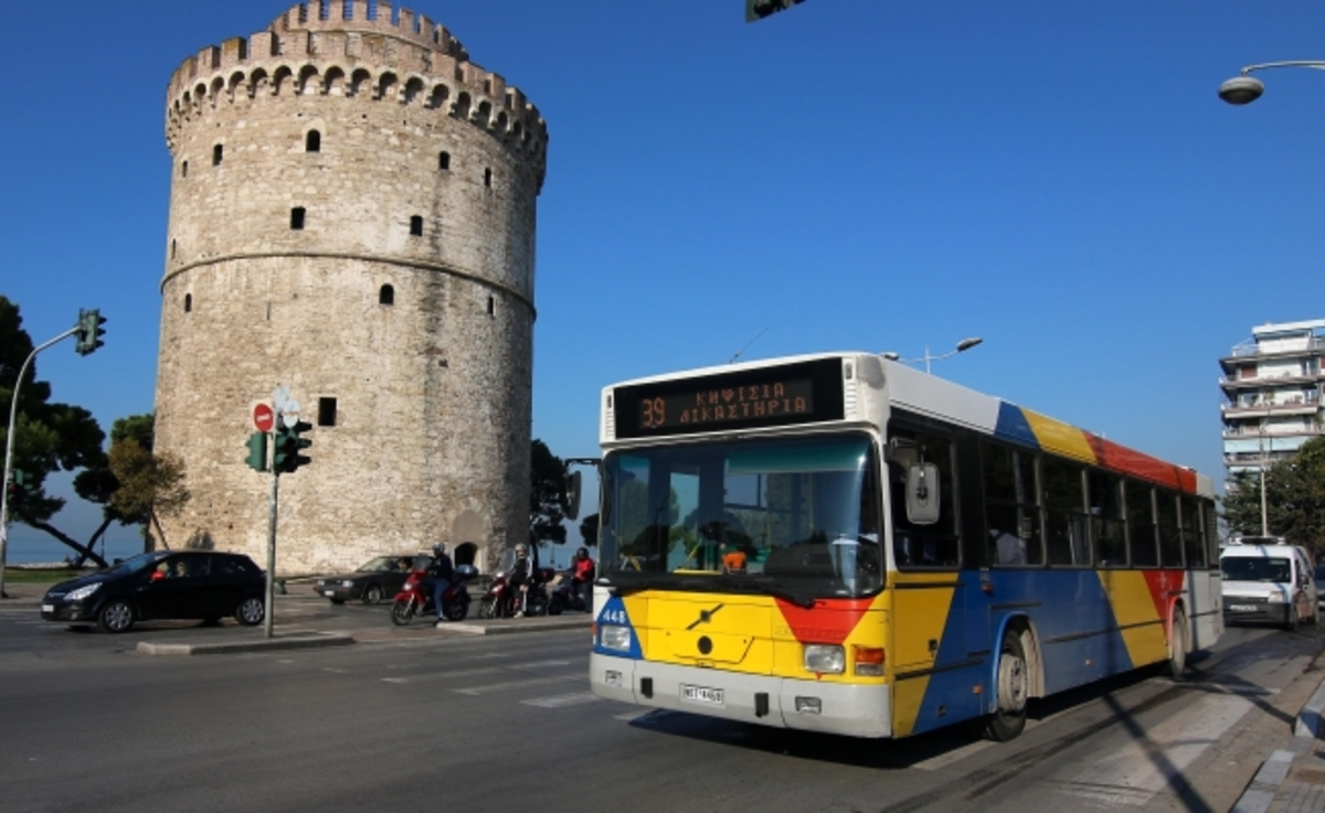 Σάλος στη Θεσσαλονίκη! Καταγγελία ότι πέταξαν από λεωφορείο άστεγο που αναζητούσε δροσιά – video | Newsit.gr