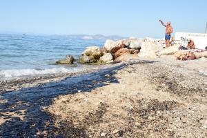 ΚΕΕΛΠΝΟ: Μην κολυμπάτε και μην πηγαίνετε σε παραλίες που μολύνθηκαν από την πετρελαιοκηλίδα