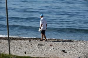 Σαρωνικός: Σε ποιες παραλίες απαγορεύεται το κολύμπι λόγω της πετρελαιοκηλίδας