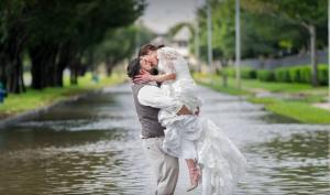Ο τυφώνας Χάρβεϊ δεν χάλασε τον γάμο τους…