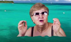 Γιαγιά «ανακάλυψε» την πράσινη οθόνη και φτιάχνει ξεκαρδιστικά βίντεο