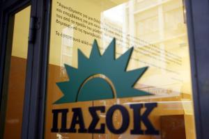 Εξάρχεια: Μολότοφ στα γραφεία του ΠΑΣΟΚ