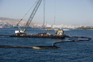 Δεξαμενόπλοιο: Με εντατικούς ρυθμούς η απάντληση του πετρελαίου – Αντιρρυπαντικά «χτενίζουν» τον Σαρωνικό
