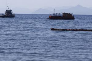 Πετρελαιοκηλίδα: 800 τόνοι μαζούτ έχουν απαντληθεί – Έφτασε στο Λαγονήσι η ρύπανση