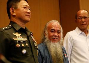 Φιλιππίνες: Ελεύθερος ο καθολικός ιερέας που κρατούσαν οι τζιχαντιστές [pics]