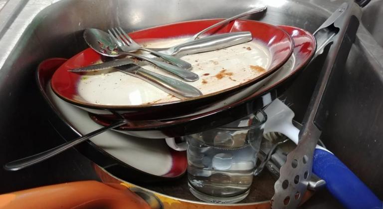 «Άφησα το άπλυτο πιάτο στην κουζίνα, την άλλη μέρα το βρίσκω εκεί, δεν το είχε μαζέψει»! | Newsit.gr