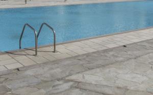 Κρήτη: Τουρίστρια βρήκε κάλυκα μέσα σε πισίνα ξενοδοχείου