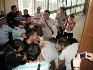 Επεισόδια στη Λάρισα για τη ματαίωση πλειστηριασμών [pics]