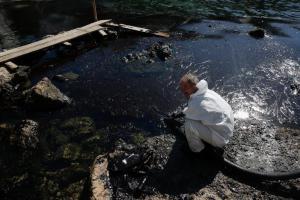 Πετρελαιοκηλίδα: Ο Πειραιάς εκπέμπει SOS – Μαύρες από το μαζούτ οι ακτές σε Φρεαττύδα και Πειραϊκή