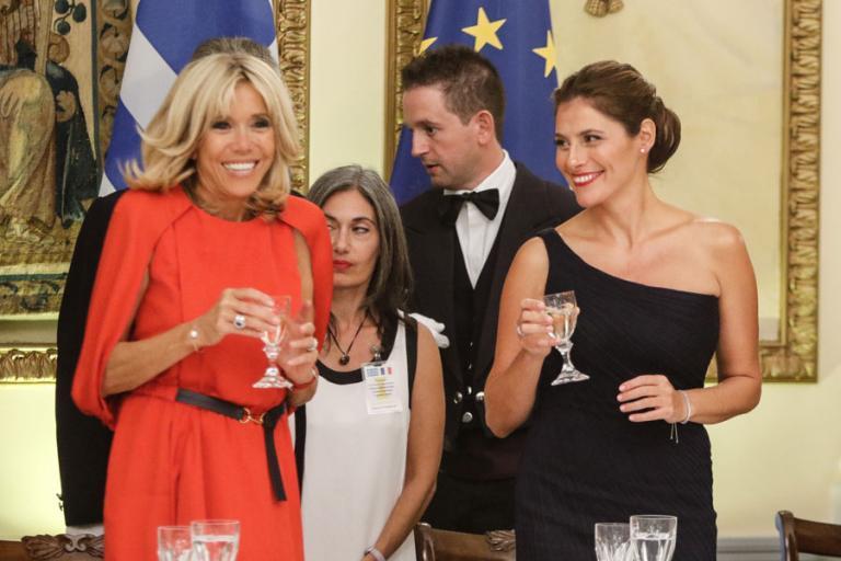 Επίσκεψη Μακρόν: Στα άδυτα του Προεδρικού Μεγάρου – Γκριμάτσες, φορέματα και πηγαδάκια [pics]