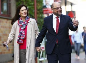 Γερμανικές εκλογές: Σουλτς και Ίνε χεράκι-χεράκι για να ψηφίσουν [pics]