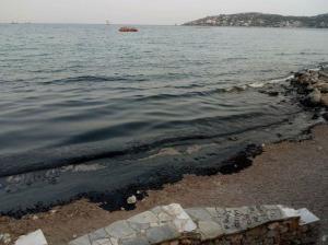 Βύθιση δεξαμενόπλοιου: «Μαύρισαν» οι παραλίες της Σαλαμίνας – Τι αναφέρει η πλοιοκτήτρια εταιρεία