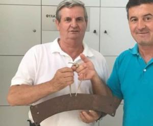 Πρέβεζα: Ομογενής παρέδωσε παλιό σήμαντρο εκκλησίας στην Εφορία Αρχαιοτήτων