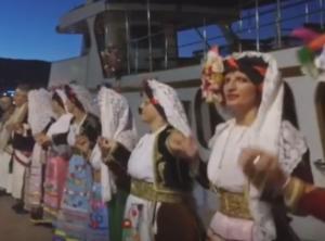 Χίος: Αυτός είναι ο μεγαλύτερος συρτός χορός του Αιγαίου που στήθηκε στο λιμάνι [pic, vid]
