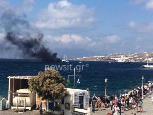 Μύκονος: Στις φλόγες τουριστικό σκάφος – Κάποιοι από τους επιβαίνοντες έπεσαν στην θάλασσα [pics, vid]