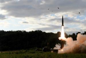 Πύραυλο εσείς; Πύραυλο κι εμείς! «Κόντρες» ανάμεσα στη Νότια και τη Βόρεια Κορέα [pics, vids]