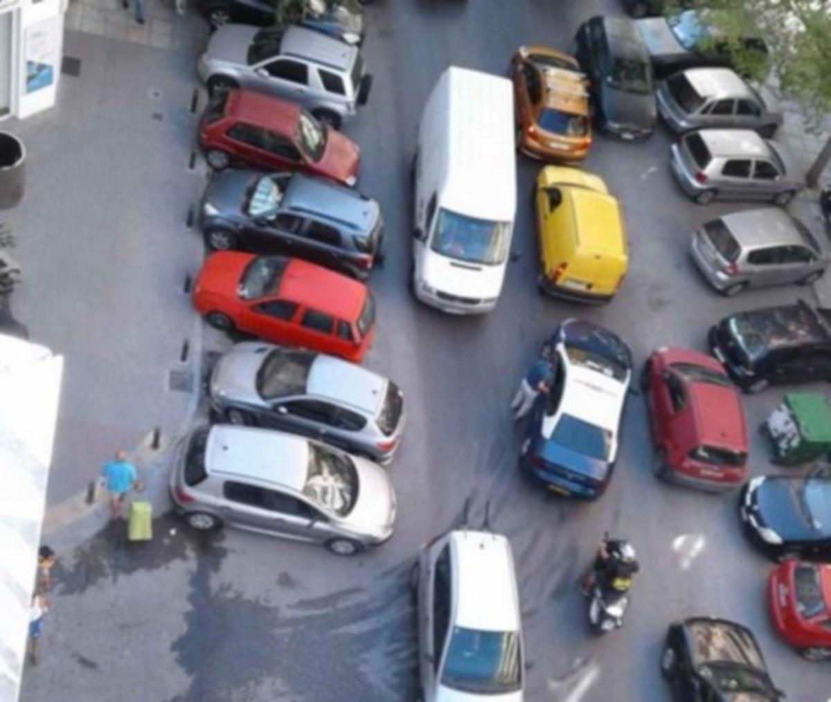 Θεσσαλονίκη: Εικόνες κυκλοφοριακής τρέλας – Οδηγοί παρκάρουν όπου τους καπνίσει και φεύγουν [pics, vid] | Newsit.gr