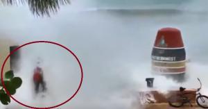 Κυκλώνας Ίρμα: Τα «αγριεμένα» κύματα «καταπίνουν» έναν άνδρα