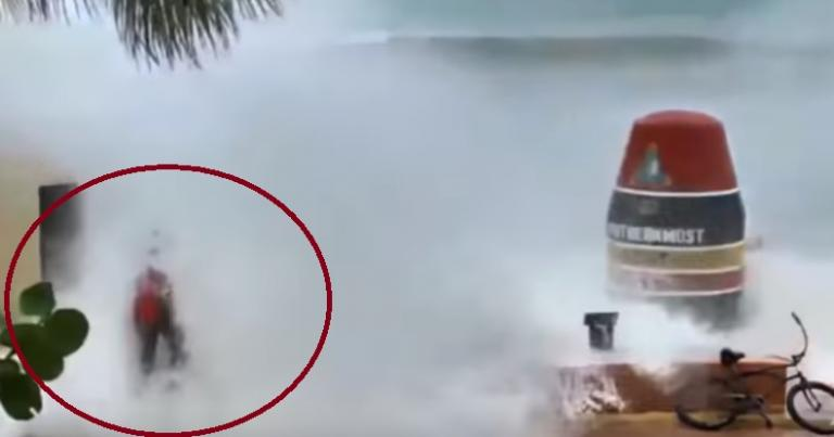 Κυκλώνας Ίρμα: Τα «αγριεμένα» κύματα «καταπίνουν» έναν άνδρα | Newsit.gr