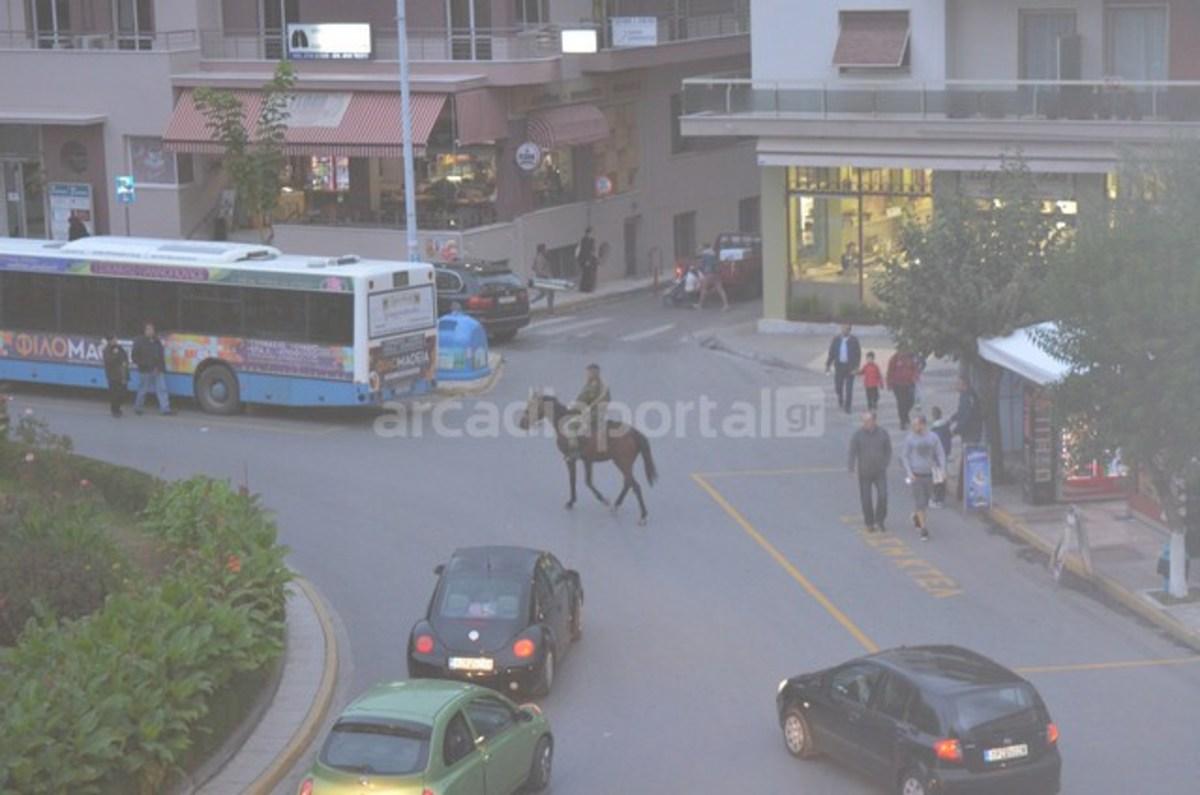 Ανέβηκε στο άλογο και έκανε βόλτες στο κέντρο της Τρίπολης [pics] | Newsit.gr