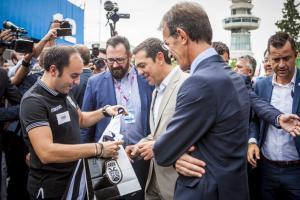 ΔΕΘ 2017: Δώρισαν φανέλα του ΠΑΟΚ στον Αλέξη Τσίπρα [pics, vid]