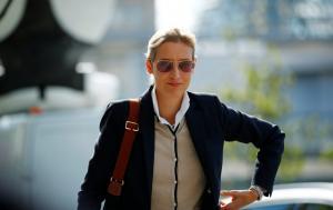 Alice Weidel: Νέα, ωραία, μορφωμένη και φιλοναζί η ηγέτης του AfD