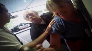 Οργή! Αστυνομικός επιτέθηκε σε νοσοκόμα που έκανε την δουλειά της – Ουρλιαχτά τρόμου