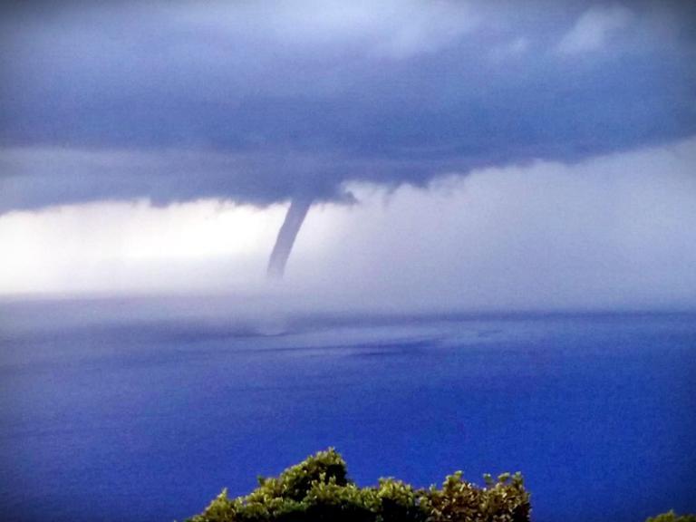 Ζάκυνθος: Υδροστρόβιλος καθήλωσε μικρούς και μεγάλους – Εικόνες από την περιοχή των Βολιμών [pics, vid] | Newsit.gr