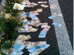 Αχαϊα: Έβρεξε χαρτονομίσματα στην Πατρών Κορίνθου – Οι αντιδράσεις οδηγών και η αποκάλυψη της αλήθειας [pics]