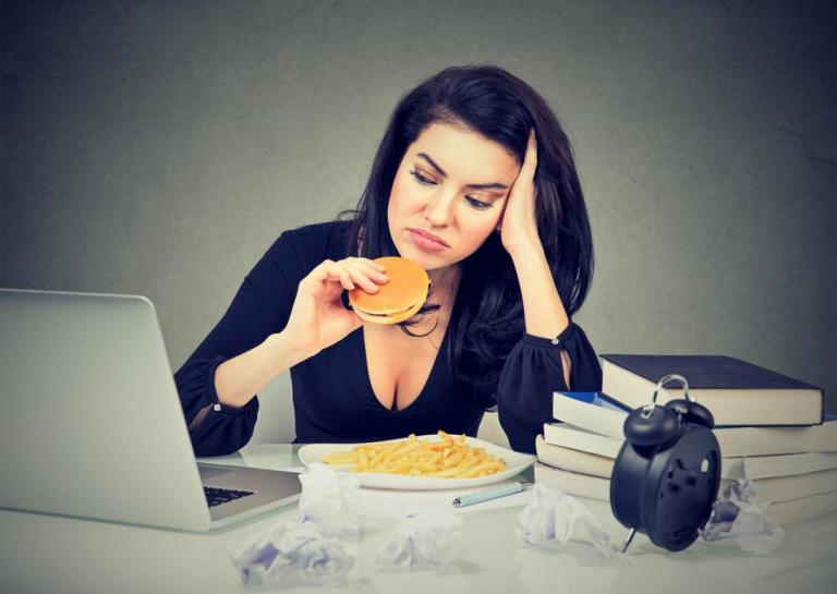 Πώς το στρες βλάπτει το πεπτικό σύστημα – Κάνει ό,τι και το junk food | Newsit.gr