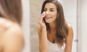 Πώς βγαίνει το makeup χωρίς τρίψιμο σε 15 δευτερόλεπτα! [vid]