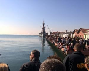 Θεσσαλονίκη: Σκαρφαλώνουν στα κάγκελα για να δουν την επίδειξη στο Αβέρωφ – Πλήθος κόσμου στο λιμάνι [pics, vids]