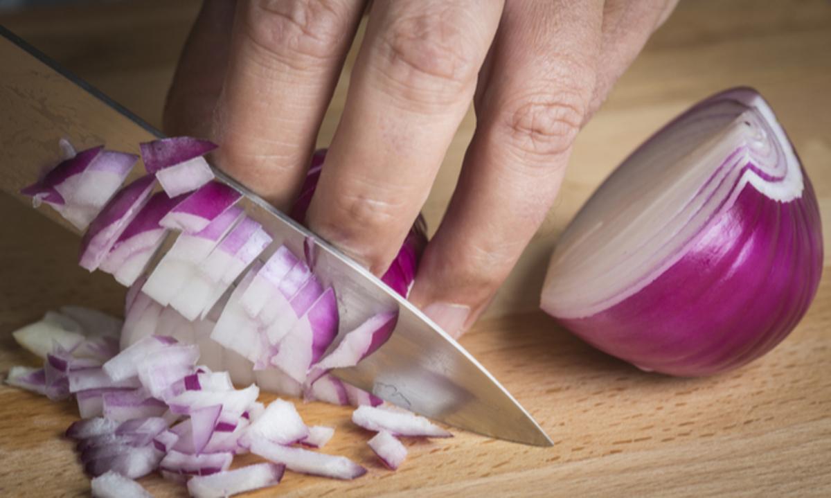 Πώς φεύγει η μυρωδιά από κρεμμύδι και σκόρδο στα χέρια [vid] | Newsit.gr