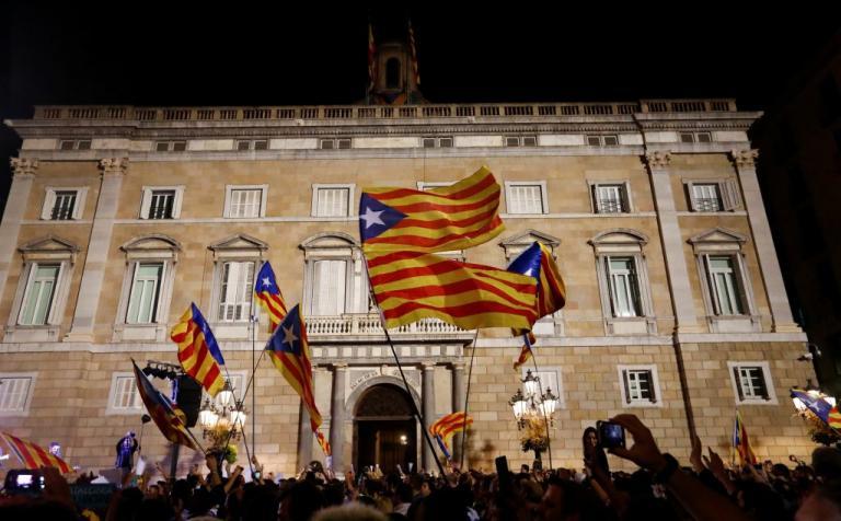 Καταλονία: Ιστορικές στιγμές! Ανεξαρτησία… αγνοείται – Ο Ραχόι διώχνει τον Πουτζδεμόντ και παίρνει την εξουσία | Newsit.gr