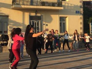 Λήμνος: Ο χορός στην είσοδο του δημαρχείου για να μην μείνουν «άστεγοι» [pics, vid]