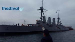 Θεσσαλονίκη: Το θωρηκτό Αβέρωφ μαγνητίζει τα βλέμματα – Η υποδοχή στο λιμάνι της πόλης [pics, vids]