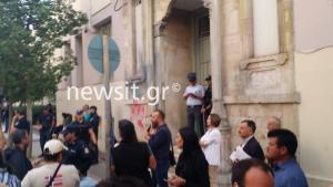 Μιχάλης Λεμπιδάκης: Πλήθος κόσμου έξω από τα δικαστήρια για τους απαγωγείς [pics]