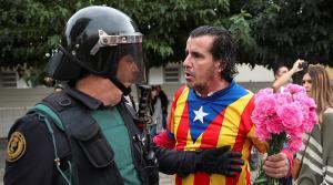 Καταλονία: Το δάκρυ του αστυνομικού – Εικόνες που δεν είδατε
