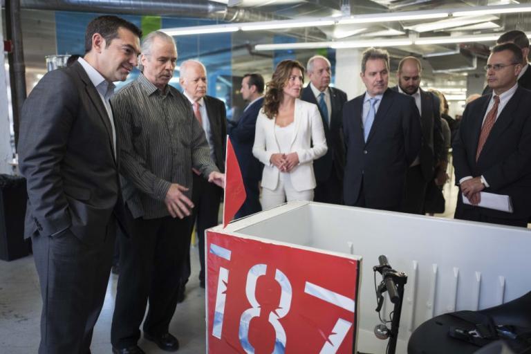 Μπέτυ Μπαζιάνα: Υπέρλαμπρη στο πλευρό του Αλέξη Τσίπρα | Newsit.gr