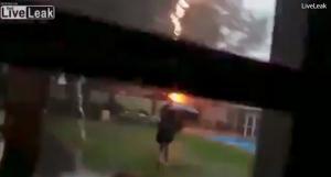 Έπαιζε με την ομπρέλα στη βροχή και τον χτύπησε κεραυνός [vid]