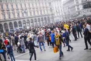 Μίλαν – ΑΕΚ: Έγινε… κιτρινόμαυρη η πλατεία Ντουόμο [pics, vid]