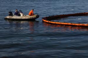 Σαρωνικός: 100 φορές πάνω η μόλυνση από το μαζούτ στις ακτές – Χάρτες
