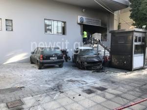 Επίθεση στο Αστυνομικό Τμήμα Πεύκης – Κάηκαν οχήματα