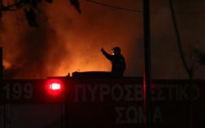 Γλυφάδα: Κάηκαν εννιά αυτοκίνητα – Υπό μερικό έλεγχο η φωτιά