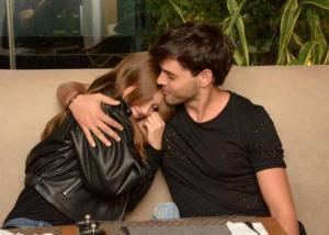Ρένος Ρώτας – Κλέλια Ανδριολάτου: Τρυφερές στιγμές και φιλιά στο Κολωνάκι! [pics]