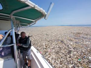 Σοκαριστικές φωτογραφίες! Τα σκουπίδια «εξαφάνισαν» τη θάλασσα