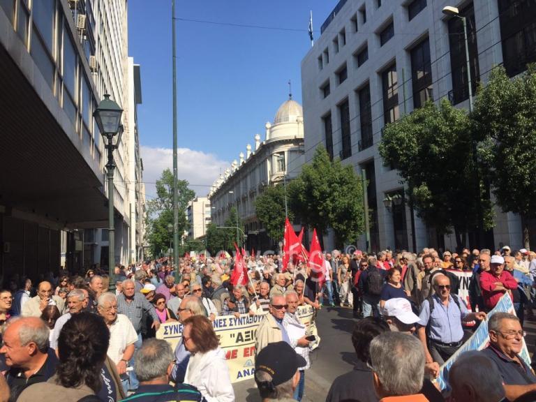 Αδιάβατο το κέντρο – Πορεία συνταξιούχων | Newsit.gr