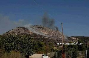 Επικίνδυνη φωτιά δίπλα σε σπίτια στο Ναύπλιο [pics]