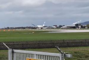 Πτήση… τρόμου! Αεροπλάνο δυσκολεύεται να προσγειωθεί λόγω καιρού! [vids]